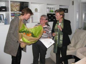 Karin Johansen overrækkes blomster og et hæderslegat af Vibeke From Jeppesen under tilstedeværelse af borgmester Benedikte Kiær