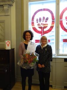 Berit Vinsand (th), Formand for Zonta Kbh III overrækker blomster og 15.000,- til Danners direktør Susanne Philipson (tv).