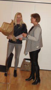 Vibeke From Jeppesen overrækker 20.000 til Girl Talk repræsenteret ved psykolog Anna Bjerre