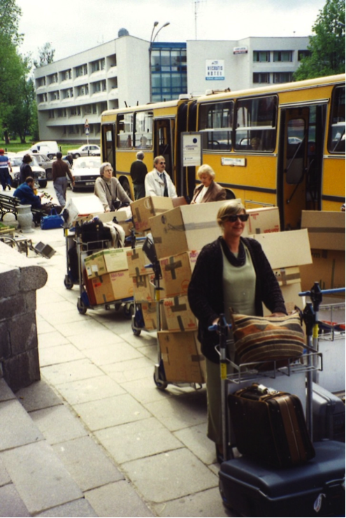 Transport af nogle af pakkerne til bussen i Lufthavnen i Litauen